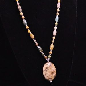 Jewelry - Light brown with green accent agate necklace.
